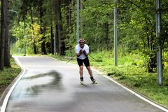 莫斯科,俄罗斯联邦- 2017年8月11日:一男性skiroller在公园训练 免版税库存图片