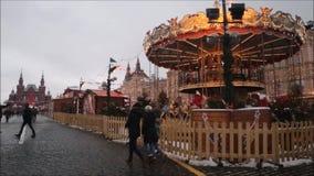 莫斯科,俄罗斯联邦- 2017年1月28日:克里姆林宫:人们在红场享有生活在与转盘的一个多云冬日