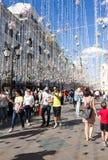莫斯科,俄罗斯,世界杯2018年,从不同的国家的足球迷在莫斯科Nikolskaya街道上  免版税库存照片
