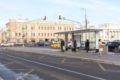 莫斯科,俄罗斯,人们等待公共交通工具在公共汽车站 图库摄影