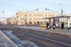 莫斯科,俄罗斯,人们等待公共交通工具在公共汽车站 免版税图库摄影