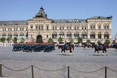 莫斯科,俄罗斯,可以26日2007年 俄国场面:在红场的克里姆林宫与骑马卫兵离婚 库存照片