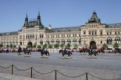 莫斯科,俄罗斯,可以26日2007年 俄国场面:在红场的克里姆林宫与骑马卫兵离婚 图库摄影