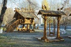 莫斯科,俄罗斯,有雕塑的一个公园由基于木质制成 图库摄影
