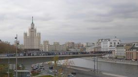 莫斯科,俄罗斯,观看的平台的公园Zaryadye视图以一支飞旋镖的形式在莫斯科河,高层 股票视频