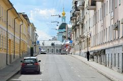 莫斯科,俄罗斯, 2017年6月, 12日,没人, Serebryanichesky车道在夏天在多云天 18-19个世纪大厦  库存图片