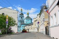 莫斯科,俄罗斯, 2017年6月, 12日, Serebryanichesky车道在夏天在多云天 18-19个世纪大厦  库存照片