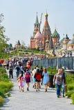 莫斯科,俄罗斯, 2018年9月, 01日 圣蓬蒿` s大教堂的看法和克里姆林宫Spasskaya塔从Zaryadye的停放 Mosc 免版税库存照片