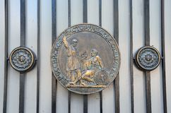莫斯科,俄罗斯, 2017年6月, 12日 在俄国历史协会的篱芭的大奖章在Podsosensky车道,房子, 25/13的 库存图片