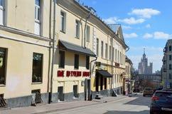 莫斯科,俄罗斯, 2017年4月, 15日 在萨尔特科夫城市豪宅附近主要房子的汽车B的1760-1770 Spasoglinischevs 免版税库存图片