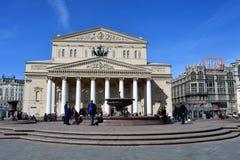 莫斯科,俄罗斯, 2018年5月, 08日 在Bolshoi剧院前面的人walkinng在莫斯科 俄国 免版税库存照片