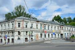 莫斯科,俄罗斯, 2017年6月, 12日 18在Khitrovskaya广场的世纪老房子  大厦第11在夏天 库存图片