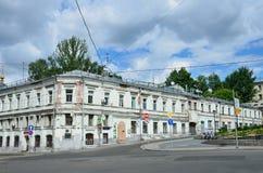 莫斯科,俄罗斯, 2017年6月, 12日 18在Khitrovskaya广场的世纪老房子  大厦第11 免版税库存图片
