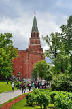 莫斯科,俄罗斯, 2017年6月, 12日 走在克里姆林宫附近Borovitskaya塔的人们在夏天 Borovitskie门 免版税库存图片