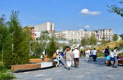 莫斯科,俄罗斯, 2018年9月, 01日 走在公园` Zaryadye `的人们在夏天在晴朗的9月天 库存图片