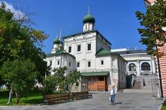 莫斯科,俄罗斯, 2018年9月, 01日 走在教会的人们在Varvarka街道上保佑的格言附近1698-1699年buil 库存照片
