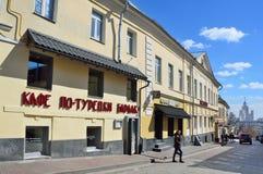 莫斯科,俄罗斯, 2017年4月, 15日 走在萨尔特科夫城市豪宅附近主要房子的人们B的1760-1770 Spasoglinischevs 免版税库存照片