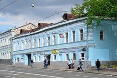 莫斯科,俄罗斯, 2017年5月, 19日 走在Spartakovskaya街道上的人们在房子8附近 Sysoev -列布罗夫, 19世纪中叶wa议院  免版税库存照片