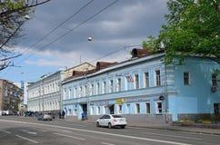 莫斯科,俄罗斯, 2017年5月, 19日 走在Spartakovskaya街道上的人们在房子8附近 Sysoev -列布罗夫, 19世纪中叶wa议院  免版税库存图片