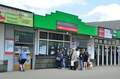 莫斯科,俄罗斯, 2017年5月, 19日 走在Yaroslavsky火车站郊区车票办公室的附近人们在莫斯科 免版税库存图片