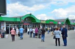 莫斯科,俄罗斯, 2017年5月, 19日 走在Yaroslavsky火车站郊区车票办公室的附近人们在莫斯科 库存照片