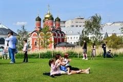 莫斯科,俄罗斯, 2018年9月, 01日 走在Zaryadye的人们在莫斯科停放在Znamensky修道院附近Znamensky大教堂  免版税库存照片