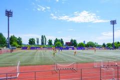 莫斯科,俄罗斯, 2018年6月:foo有探照灯的橄榄球场和论坛在城市停放社论 免版税库存照片