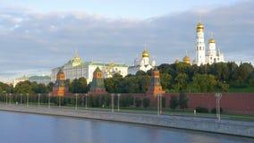 莫斯科,俄罗斯, 2017年8月28日:克里姆林宫的看法从伟大的莫斯科河桥梁的,在克里姆林宫堤防 影视素材