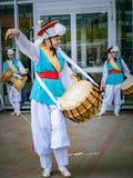 莫斯科,俄罗斯, 2018年7月12日:韩国传统乐器 一个小组音乐家和舞蹈家明亮的 图库摄影