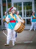 莫斯科,俄罗斯, 2018年7月12日:韩国传统乐器 一个小组音乐家和舞蹈家明亮的 免版税库存照片