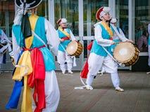 莫斯科,俄罗斯, 2018年7月12日:韩国传统乐器 一个小组音乐家和舞蹈家明亮的 免版税库存图片