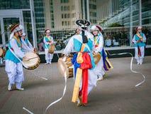 莫斯科,俄罗斯, 2018年7月12日:韩国传统乐器 一个小组音乐家和舞蹈家明亮的 库存图片