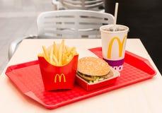 莫斯科,俄罗斯, 2018年3月15日:麦克唐纳` s大Mac汉堡包菜单、炸薯条和可口可乐 免版税库存图片