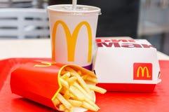 莫斯科,俄罗斯, 2018年3月15日:麦克唐纳` s大Mac汉堡包菜单、炸薯条和可口可乐 免版税图库摄影
