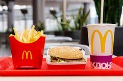 莫斯科,俄罗斯, 2018年3月15日:麦克唐纳` s大Mac汉堡包菜单、炸薯条和可口可乐 库存照片
