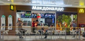 莫斯科,俄罗斯, 2018年3月13日:麦克唐纳` s餐馆内部  麦克唐纳` s是汉堡包世界` s最大的链子  免版税库存图片