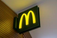 莫斯科,俄罗斯, 2018年3月13日:麦克唐纳` s餐馆商标  麦克唐纳` s是快速汉堡包世界` s最大的链子  免版税库存照片