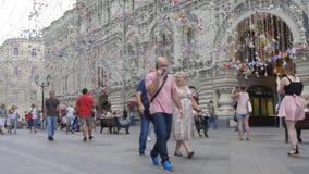 莫斯科,俄罗斯, 2018年7月27日 城市的游人和客人沿美丽的装饰的Nikolskaya街道走 股票视频