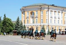 莫斯科,俄罗斯,2018年5月26日-总统军团在马背上拿着卫兵仪式的变动 免版税库存照片