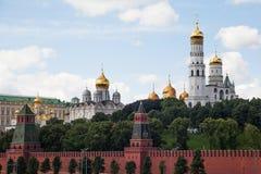 莫斯科,俄罗斯, 2013年6月, 12日:对克里姆林宫墙壁,伊冯的看法伟大的钟楼,克里姆林宫大教堂  库存图片