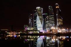 莫斯科,俄罗斯, 2016年3月, 28日 俄国场面:国际商业中心`莫斯科城市`在晚上 库存图片