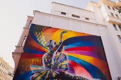 莫斯科,俄罗斯, 2015年6月, 20日 俄国场面:在大Dmitrovka的玛雅人Plisetskaya由巴西艺术家爱德华多Kobra在Dmitrovk 免版税库存照片