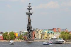 莫斯科,俄罗斯, 2014年5月, 01日 俄国场面:在monunent附近的小船对彼得大帝 免版税库存图片