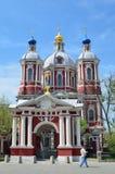 莫斯科,俄罗斯, 2015年5月, 09日 俄国场面:在Zamoskvorechye供以人员走在圣Clement附近教会教皇 免版税库存照片