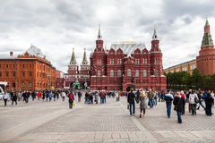 莫斯科,俄罗斯, 6月, 04日 在Manezhnaya广场的2017个人步行 免版税库存图片
