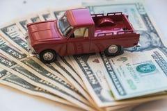 莫斯科,俄罗斯,1月,25日 2019年:一些十张和二十美金和玩具汽车提取老被绘的木表面上 免版税库存照片