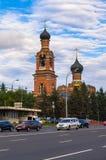 莫斯科,俄罗斯, 8月, 27日 2017年:在Volokolamsk高速公路的城市交通在救主变貌教会前面在Tushino 免版税库存图片