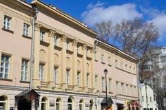 莫斯科,俄罗斯, 2017年4月, 15日 建筑学的纪念碑- B房子  我 tolstoy 街道Pokrovka, 3/7修造的1A 免版税库存照片