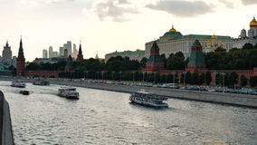 莫斯科,俄罗斯, 2016年6月23日:克里姆林宫的看法从伟大的莫斯科河桥梁的,在克里姆林宫堤防 影视素材