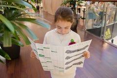 莫斯科,俄罗斯, 6月12日:有购物地图的女孩在商店 库存图片